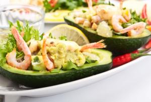 Салат с креветками и лимоном